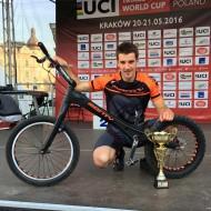 Ion Areitio luce la copa que le acredita como tercer clasificado en la primera prueba de la Copa del Mundo de Trial